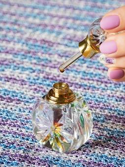 クリスタルボトルのアター香水または沈香オイルの香り。