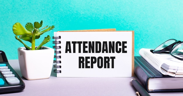 出席報告書は、鉢植えの花、日記、電卓の横にある白いカードに書かれています