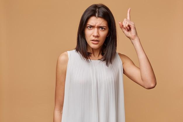 Attenzione, ascoltami. close up ritratto di giovane donna che scodinzola il dito. le emozioni umane negative affrontano l'espressione, la percezione della vita, i sentimenti, il linguaggio del corpo, l'atteggiamento