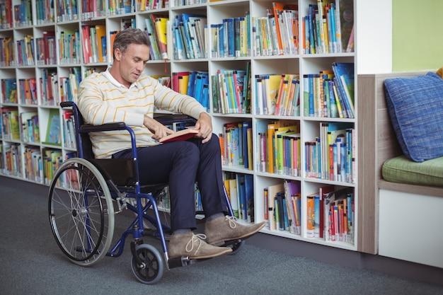 도서관에서 세심한 장애 학교 교사 독서 책