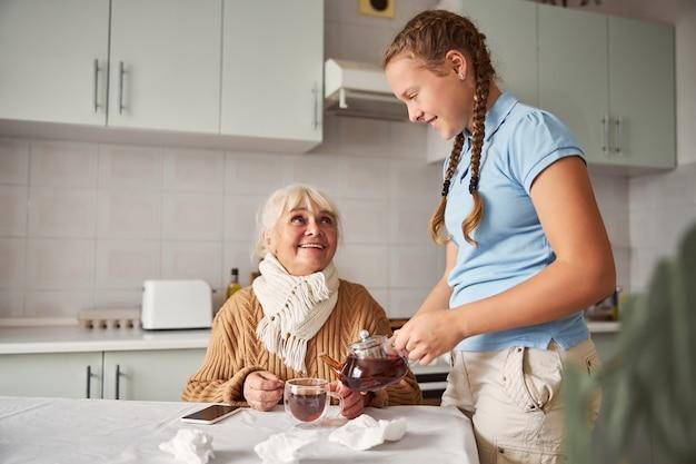 할머니에게 차를 대접하는 세심한 손녀