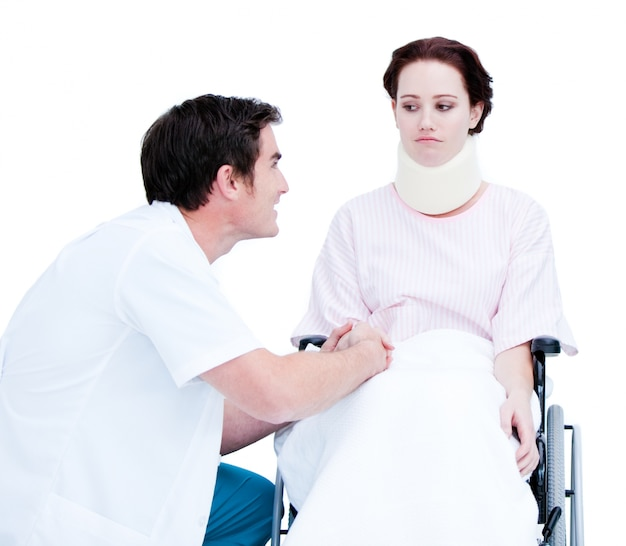 휠체어에 환자와 논의 세심한 남성 의사