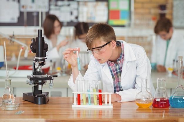실험실에서 화학 실험을 하 고 세심 한 모범생