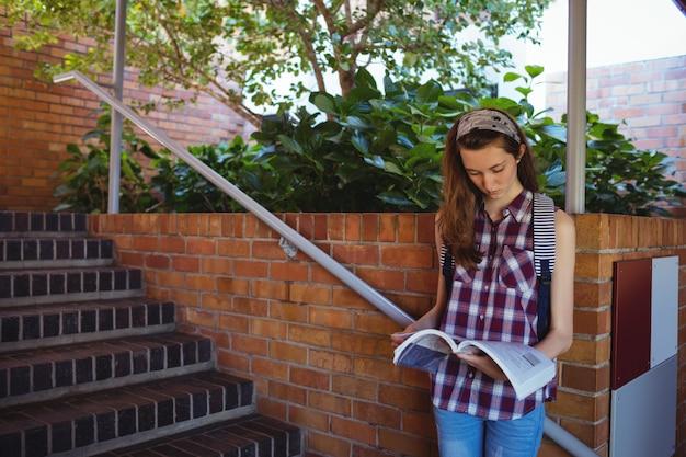 階段の近くの本を読んで気配りの女子高生