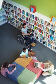 Внимательные студенты, обучающиеся в библиотеке