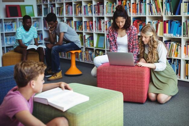 도서관에서 공부하는 세심한 학생