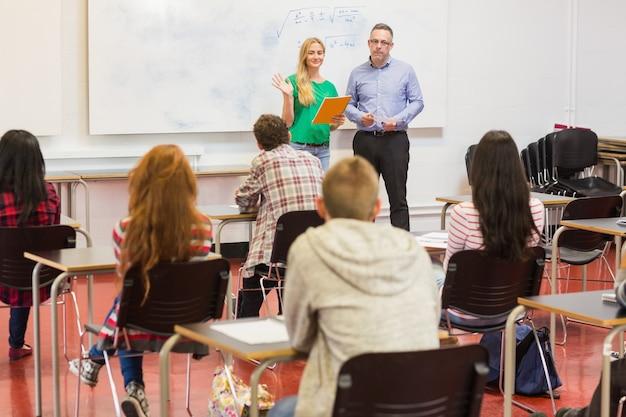 교실에서 선생님과 함께 세심한 학생