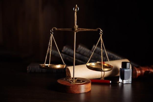 변호사 및 공증인 개념. 테이블과 천칭 자리에 나무 망치입니다.