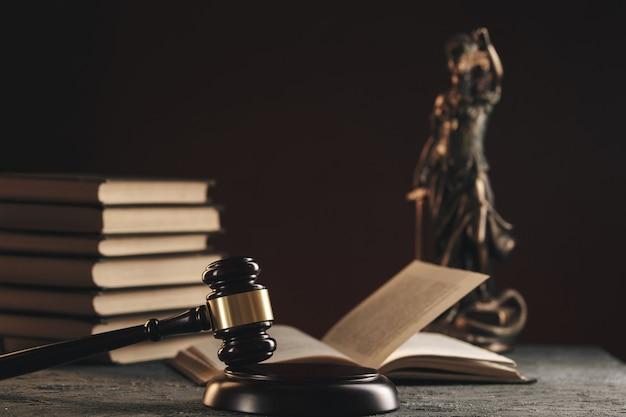 Концепция поверенного и нотариуса. деревянный молоток на столе.