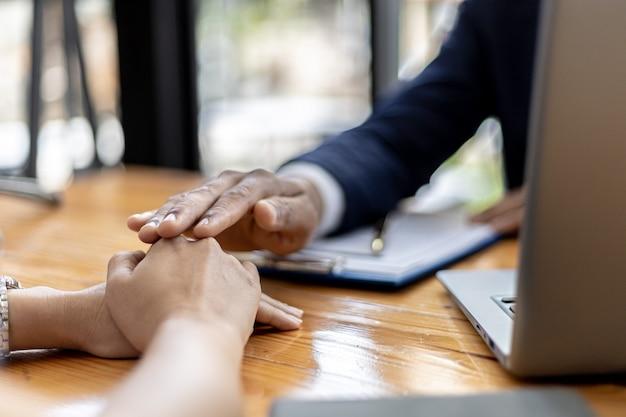 弁護士または弁護士は、名誉毀損の場合にクライアントに助言し、損害賠償の当事者に対して起訴する証拠を収集しています。名誉毀損事件カウンセリングの概念。
