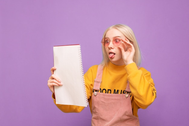 그녀의 손에 책과 노트북을 매료 감정적 인 여자