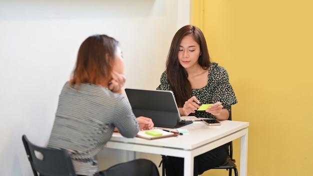 Привлекательная встреча руководителя счета с бизнес-клиентом в кафе для обсуждения бизнес-стратегии