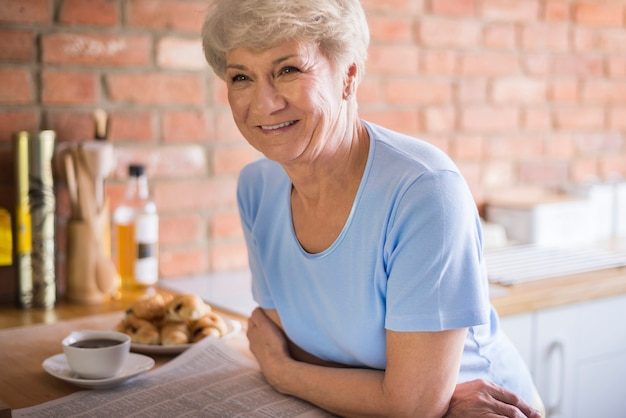 Attraente donna adulta nella cucina domestica