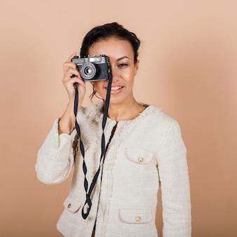 스튜디오에서 사진을 찍는 slr 디지털 카메라를 사용하여 매력적인 흑인 흑인 여성. 사진 학생 및 관광 라이프 스타일.