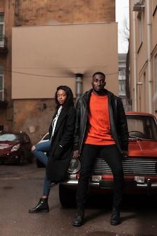 Modelli afroamericani attraenti che posano all'aperto