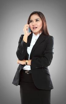 携帯電話で話している魅力的なアジア女性実業家