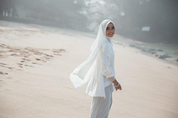Привлекательная азиатская мусульманская ся женщина