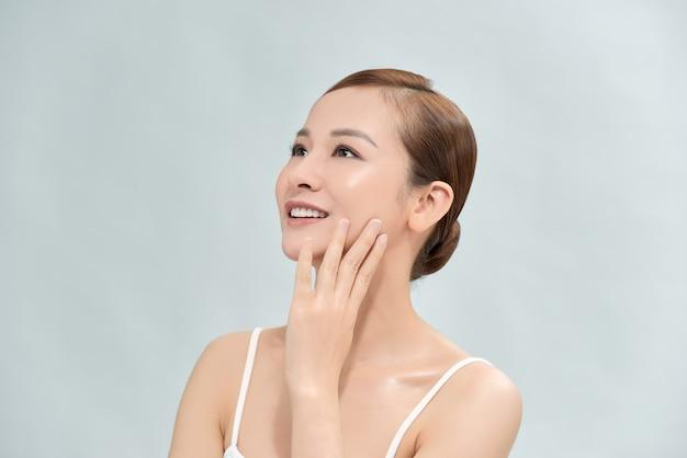 明るい背景で隔離の魅力的なアジアの女性の美しさの画像