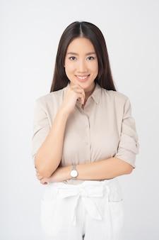 Привлекательный азиатский женский портрет на белой стене