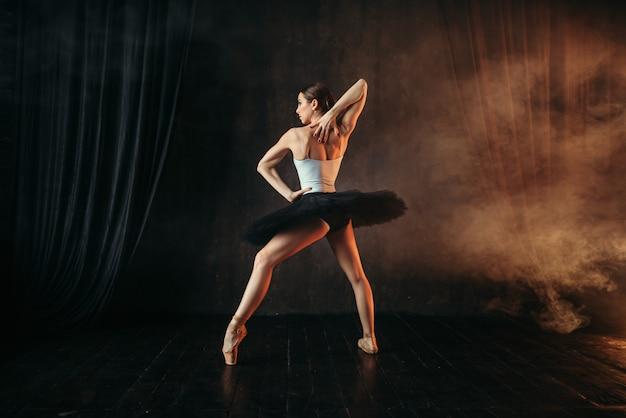 Привлекательная балерина в действии, обучение танцам на сцене. артист классического балета в движении