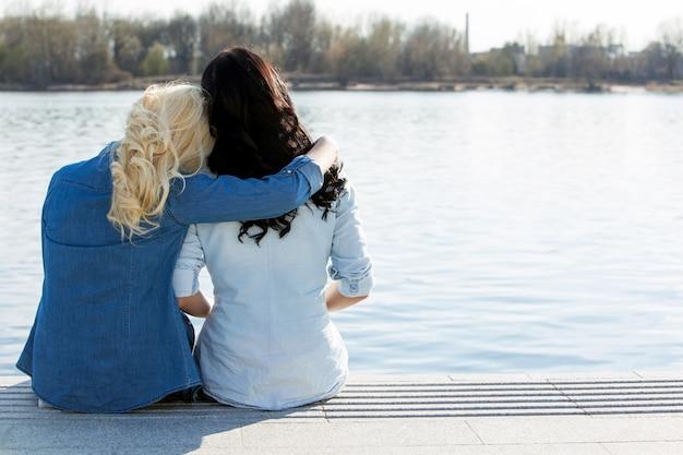 Привлекательные лучшие друзья на открытом воздухе