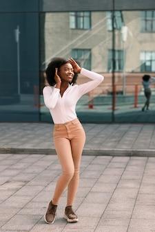 Привлекательный черный афроамериканец в городе