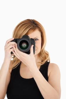 Привлекательная блондинка женщина с фото с камеры