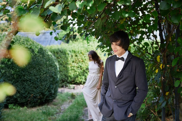 公園の背景、結婚式の写真、美しいカップル、結婚式の日、肖像画で魅力的な花嫁と花婿。