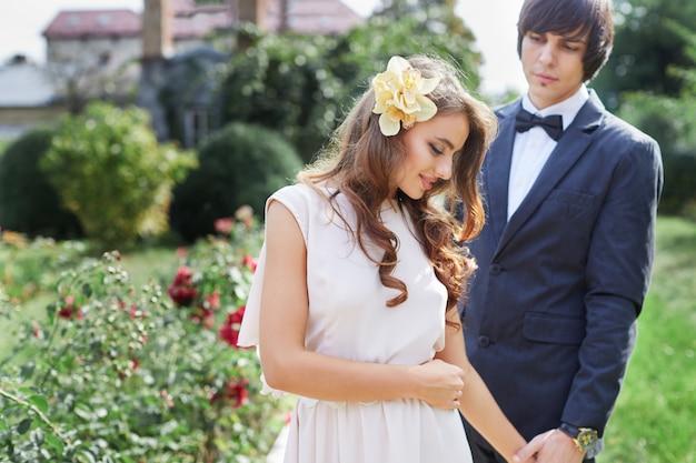 公園の背景、結婚式の写真、美しいカップル、結婚式の日、肖像画をクローズアップで互いに近くに立っている魅力的な花嫁と花婿。