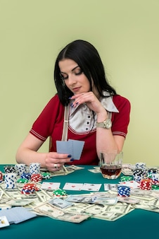 카드 놀이와 포커 테이블 매력적인 갈색 머리 여자
