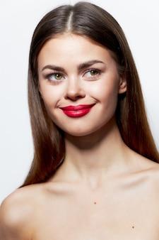 赤い唇と魅力的なブルネットの女性