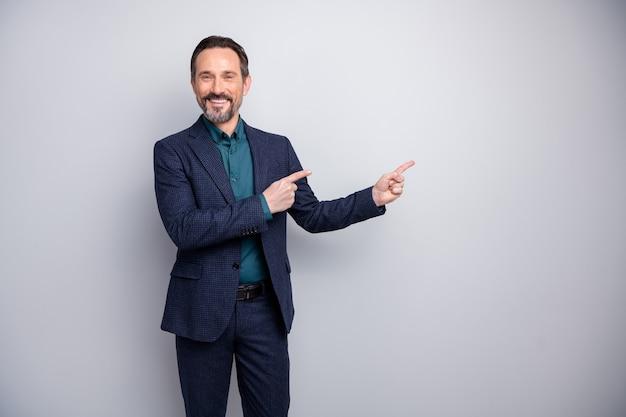 매력적인 비즈니스 관리자 남자 손가락을 나타내는