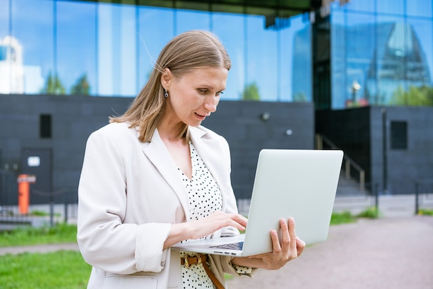 매력적인 비즈니스 우먼 비즈니스 성공 매력적인 아름 다운 여자는 노트북을 들고 젊은 여자 ...