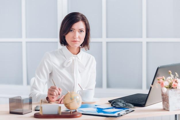 Девушка на работе за столом селфи работа в новокузнецке для девушки