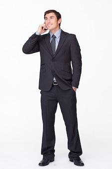 白い携帯電話の魅力的なビジネスマン