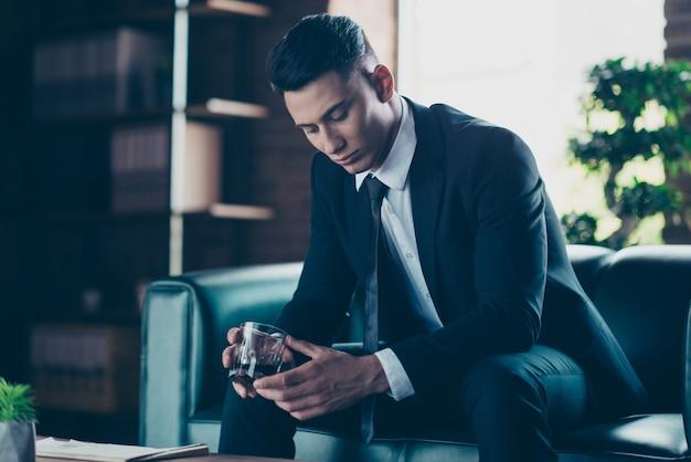 Привлекательный бизнесмен позирует в помещении