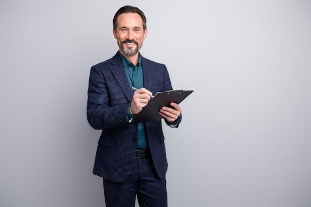 Привлекательный бизнесмен читать контракт буфер обмена подписывать ручку