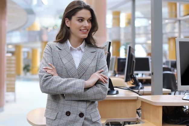 Привлекательный бизнесмен, стоя возле стола в офисе.