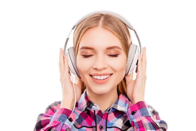 ヘッドフォンでリラックスして音楽を聴く魅力的な穏やかな女性