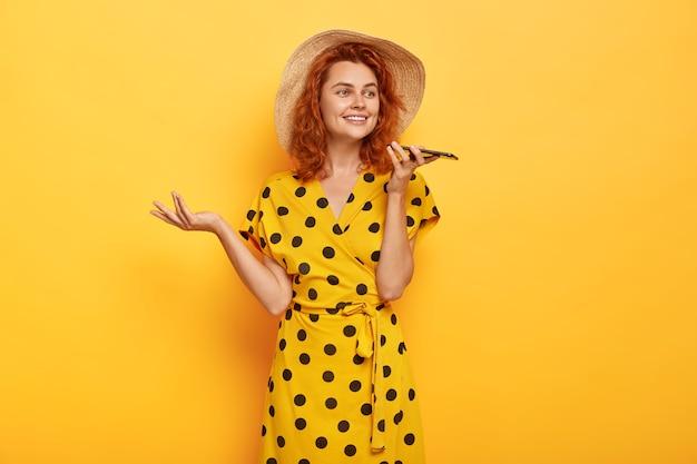 生姜髪の魅力的な屈託のない女性