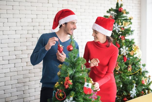 Привлекательная кавказская влюбленная пара празднует рождество у себя дома