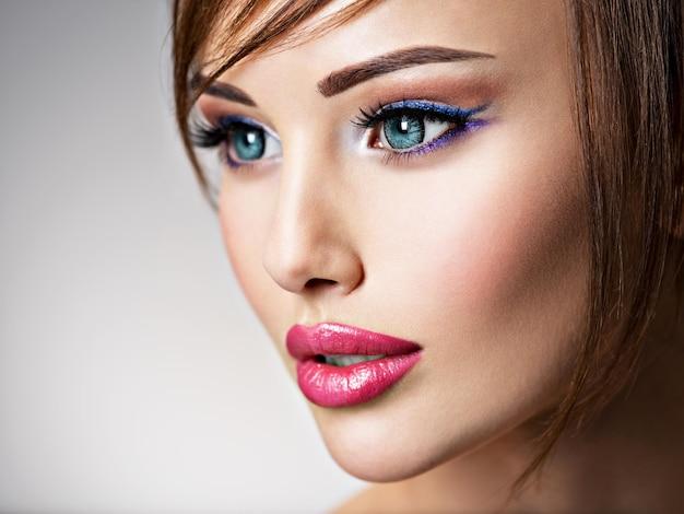 아름 다운 큰 파란 눈을 가진 매력적인 백인 여자입니다. 섹시한 입술을 가진 놀라운 여자의 근접 촬영 얼굴. 프로필 초상화.