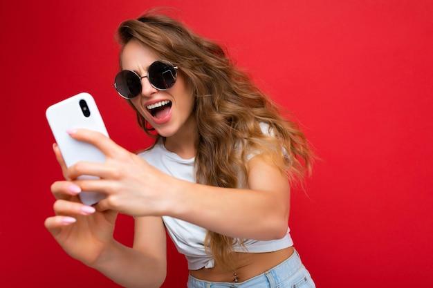 Привлекательная очаровательная молодая улыбающаяся счастливая женщина