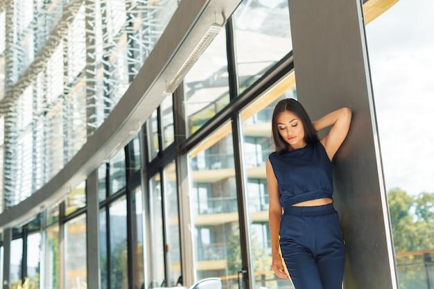 Привлекательная уверенная молодая деловая женщина