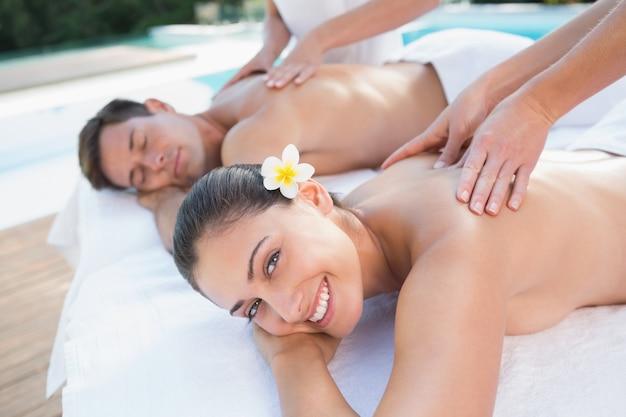Привлекательная пара наслаждаясь пар массажем у бассейна