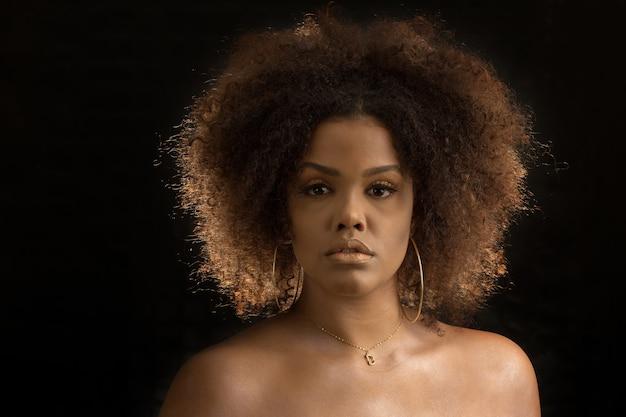 化粧と魅力的な巻き毛の黒人女性