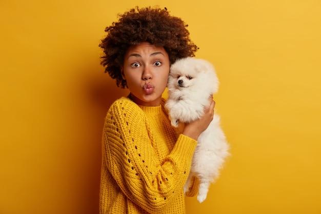 매력적인 어두운 피부 여자는 그녀의 귀여운 애완 동물을 좋아합니다
