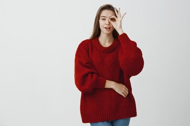 魅力的な夢のような女の子がすべてを制御しています。スタイリッシュなルーズセーターでセクシーな魅力的な白人女性モデルのポートレート
