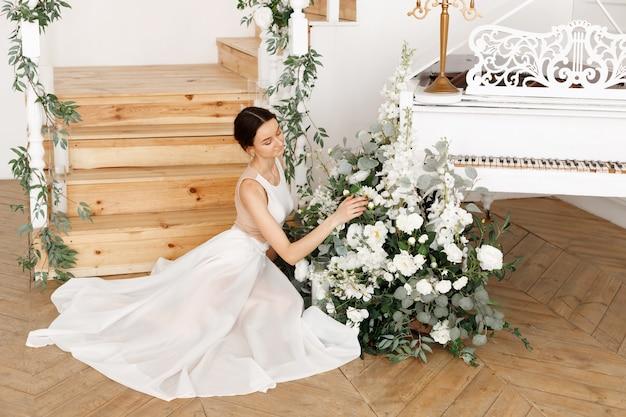 꽃 피아노 근처 매력적인 우아한 소녀