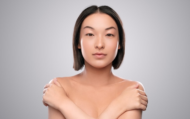 깨끗한 피부를 가진 매력적인 민족 여성